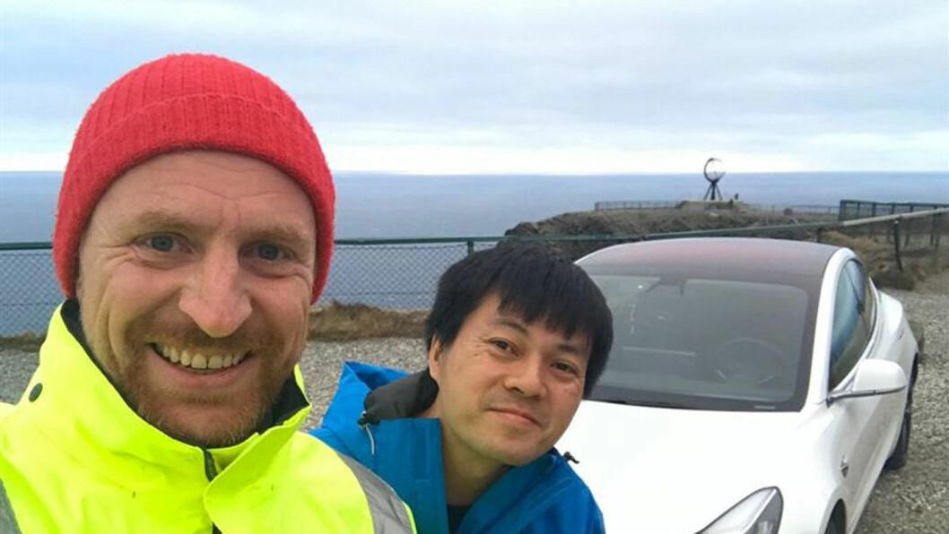KLAR FOR KONTAKT: Fortum-sjef Ole Gudbrann Hempel og den kjente elbil-YouTube'er Bjørn Nyland på toppen av Norge, Nordkapp-platået. Foto: Fortum