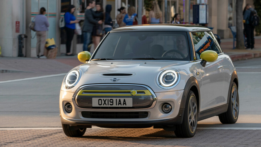 IKONISK KONKURRENT: Elektriske Mini ligger litt foran Fiat 500 i løypa, og er snart å se på norske veier.