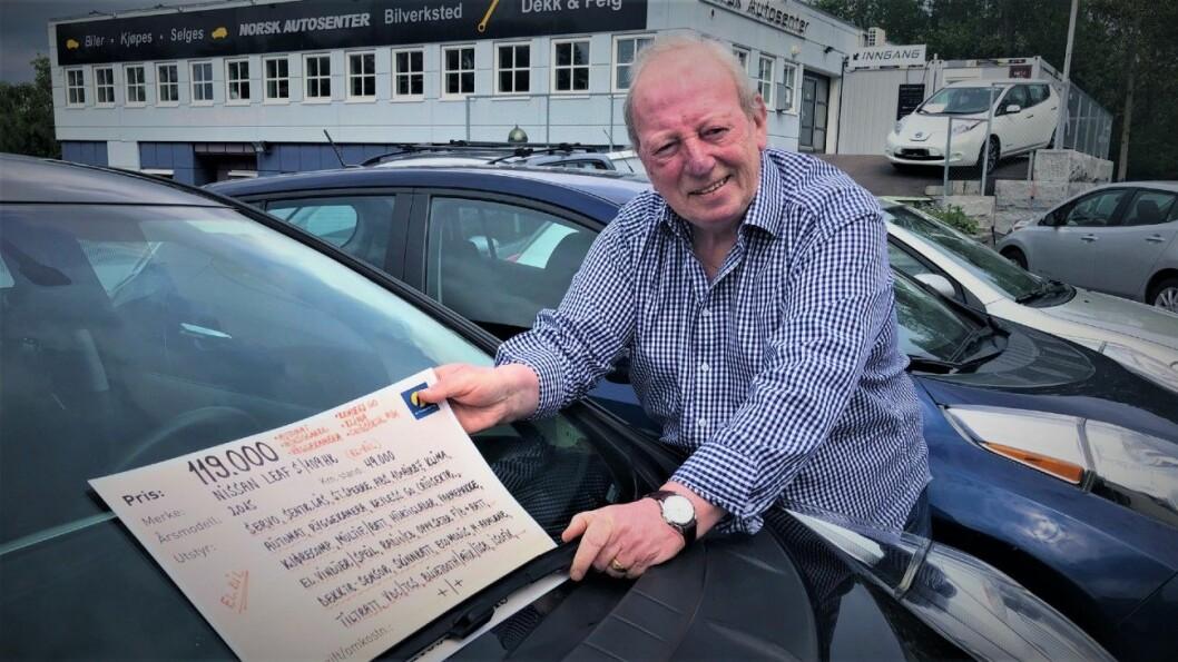 SELGER BRUKTE ELBILER: Finn O. Aasheim selger brukte elbiler – for det meste Nissan Leaf – på Norsk Autosenter. Foto: Geir Røed