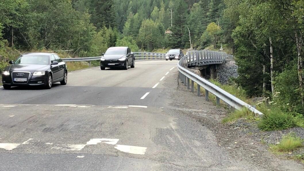 TRAFIKKFARLIG BRU: Noen hundre meter etter at firefeltsveien slutter, vil bilistene fortsatt møte denne gamle, smale, trafikkfarlige brua på europaveien, med fartsdump foran. Foto: Geir Røed