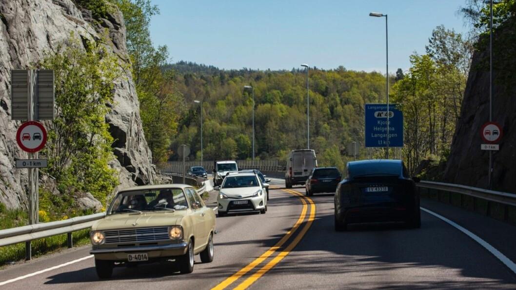 250.000: De digre Teslaene blir et stadig mer vanlig syn langs veiene våre. Nå er det registrert en kvart million elbiler, og noen ganger møter batteribilene representanter fra en svunnen tid langs veien. Foto: Geir Olsen