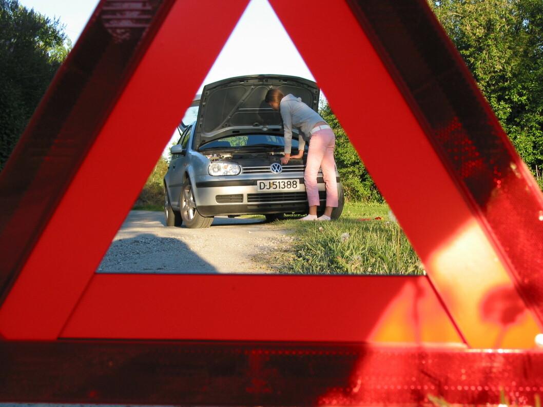 IKKE HYGGELIG: Å stå langs veien med nødstopp er ingen hyggelig opplevelse. Litt omsorg og pleie før ferien kan forebygge mange av de vanligste årsakene til stopp. Foto: Rune Korsvoll