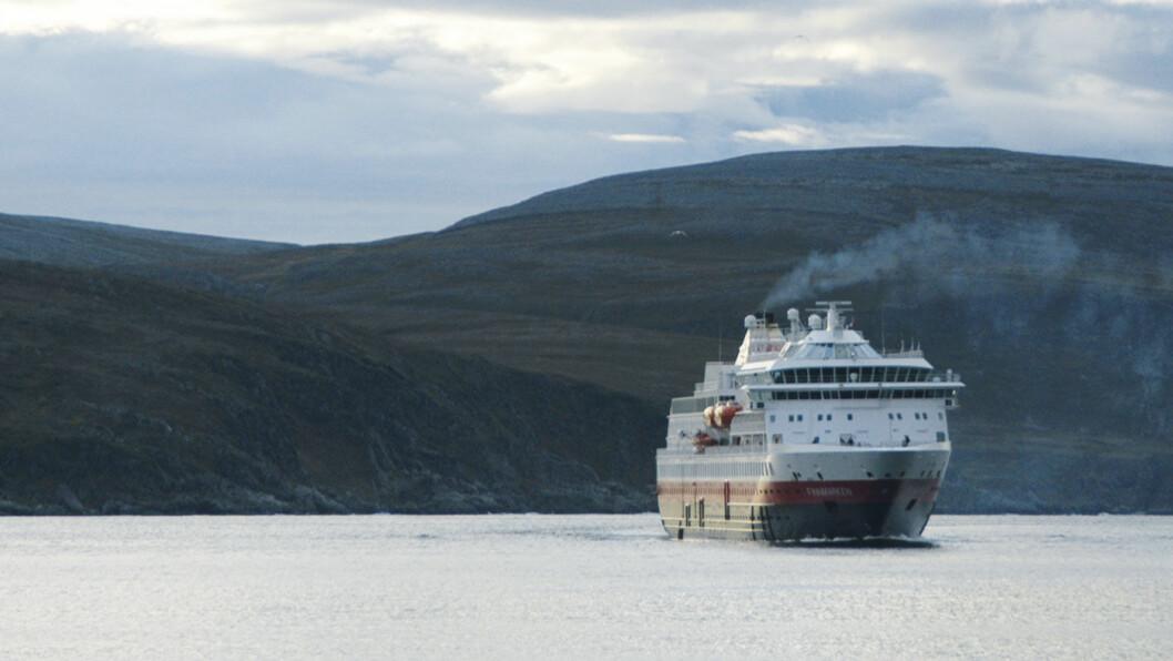 HURTIGRUTE: To ganger i døgnet kommer Hurtigruta inn til Kjøllefjord for å sette av og på passasjerer og last. Foto: Per Roger Lauritzen