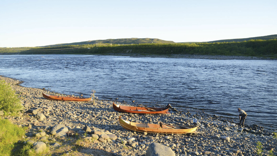 KLAR FOR FANGST: Ved Tana bru ligger elvebåtene klare til åta med fiskere på nye lakseeventyr. Foto: Per Roger Lauritzen