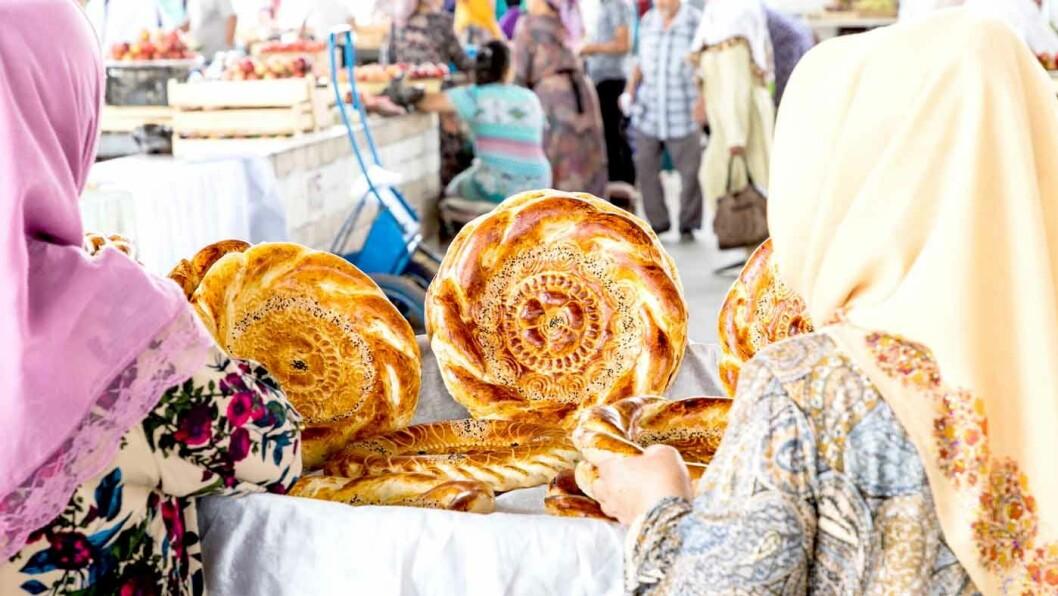 TRADISJONELT BAKVERK: På markedet sitter kvinnene og selger det dekorerte brødet «lepeshka».