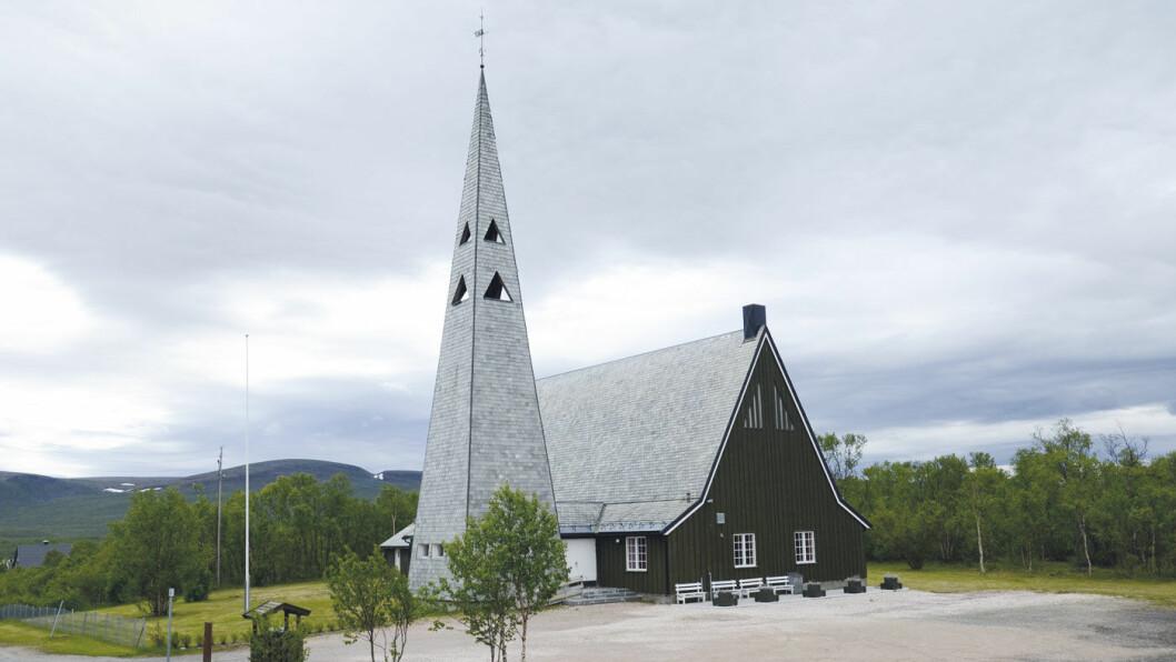 KIRKE: Rustefjelbma byr blant annet på den staselige Tana kirke, vigslet i 1964. Foto: Per Roger Lauritzen