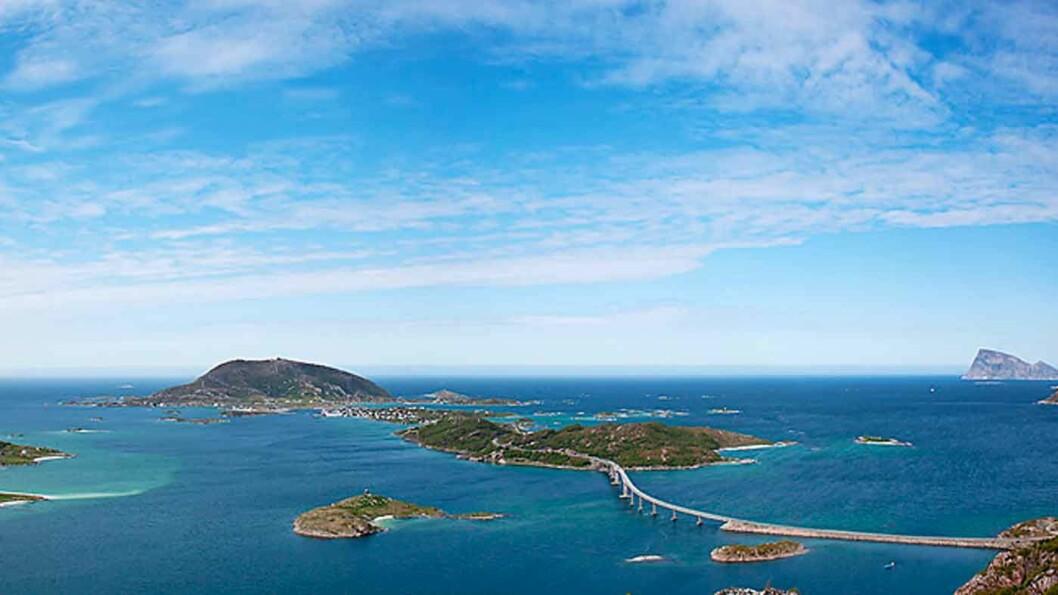 SOMMERLANDSKAPET: Sommarøy og Hillesøya er knyttet til hverandre og til Kvaløya med bruer. Foto: Marius Fiskum