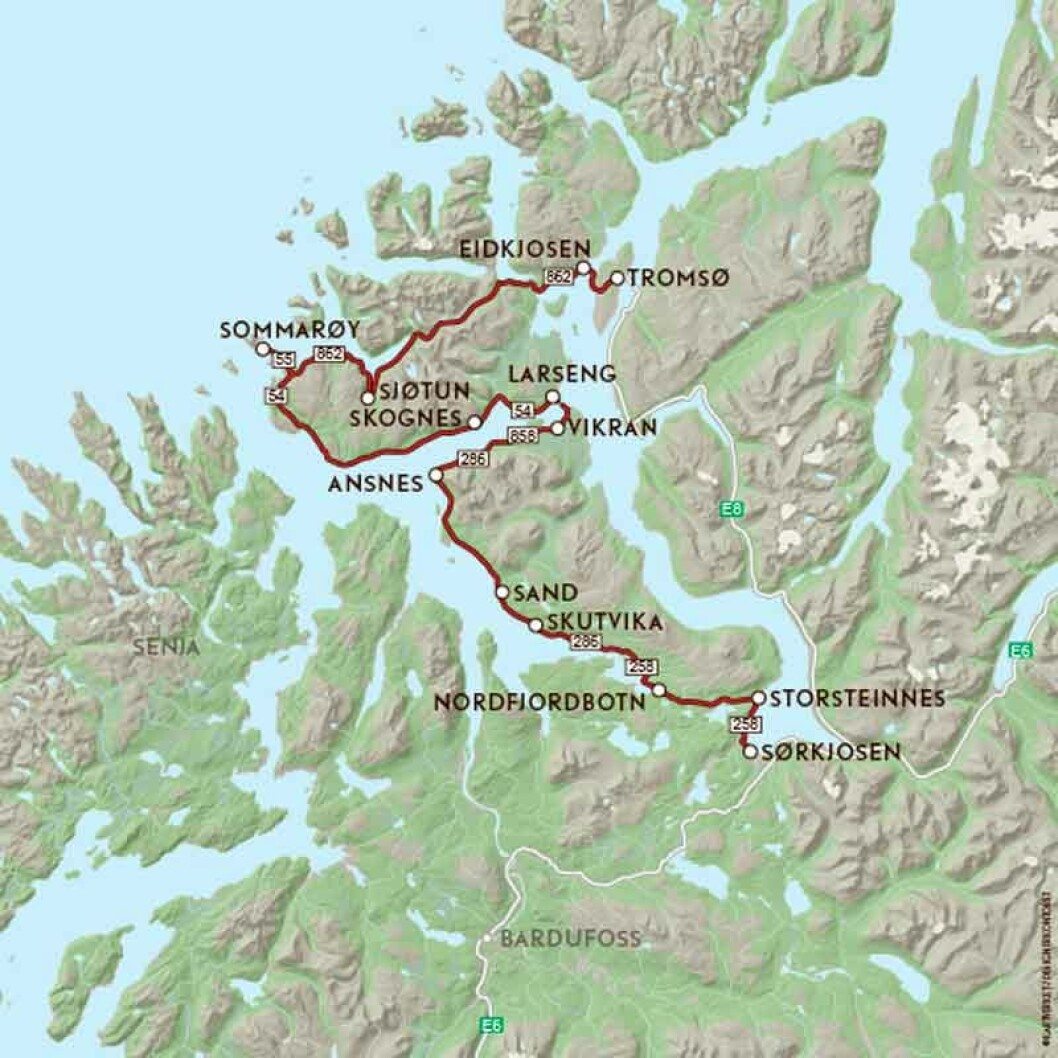 VEIFAKTA: Ta av fra E6 ved Tømmerelv og kjør mot på vest på FV858 og FV286 til nytt møte med FV858 under Straumsfjorden. Rundt Kvaløya følger du FV54 til Sommarøy og FV862 til Tromsø. Strekningen er ca. 179 kilometer og kjøretiden 3 timer og 23 minutter ifølge NAF Reiseplanlegger.