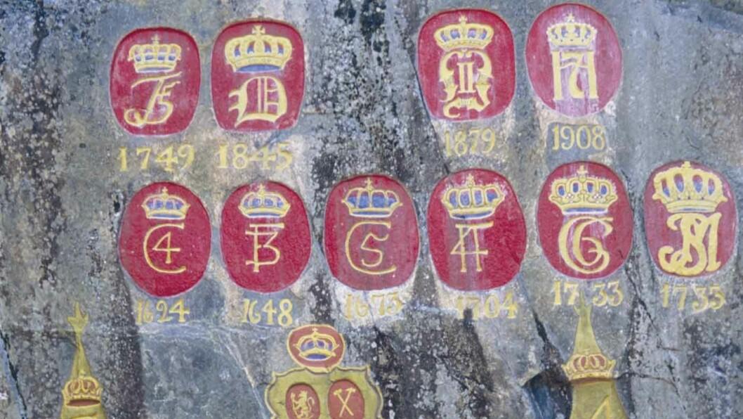 KRONENE I HOVET: Ved den gamle veien til gruveområdene har alle monarker som har besøkt bergstaden fått sitt monogram.