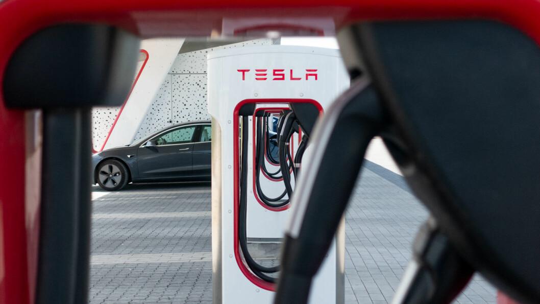 IKKE SÅ TRANGT: Jo lengre unna Norge du kommer, jo bedre er plassen på Teslas Supercharger-anlegg – som her i Køge like utenfor København. Foto: Peter Raaum