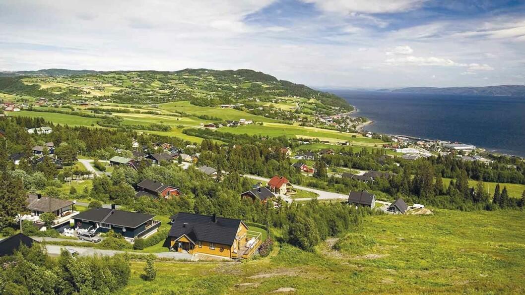 LEKSVIK: Det vesle tettstedet ligger vakkert til ved fjorden.