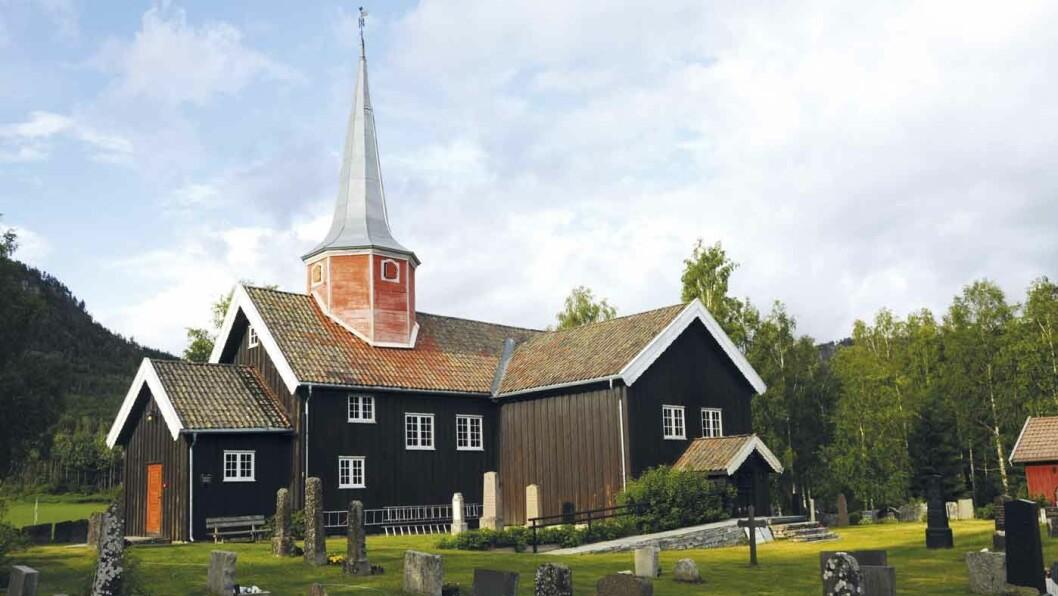GAPESTOKK OG RETTERSTED: I tettstedet Flesberg finner du den sørligste av stavkirkene i Numedal. Foto: Per Roger Lauritzen