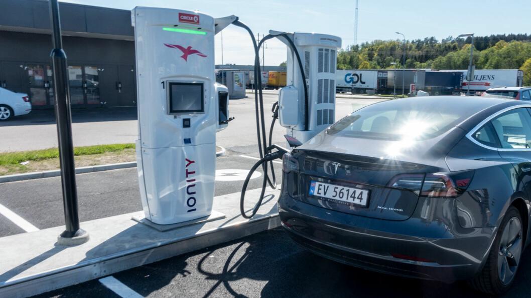 IONITY: Vi fikk en ladeeffekt på 120 kW fram til batteriet var ladet 53 prosent, på Ionity-anlegget i Varberg i Sverige.