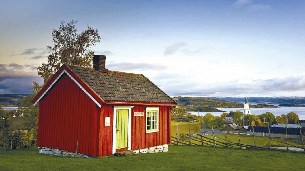 MOT STRAUMEN: Utsikt mot Sakshaug kirke, mot Straumen og fjorden.