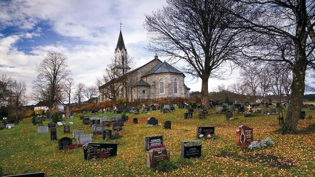 STEINKIRKER: Sakshaug gamle og nye kirke er begge bygget i stein og stammer fra henholdsvis 1184 og 1871.