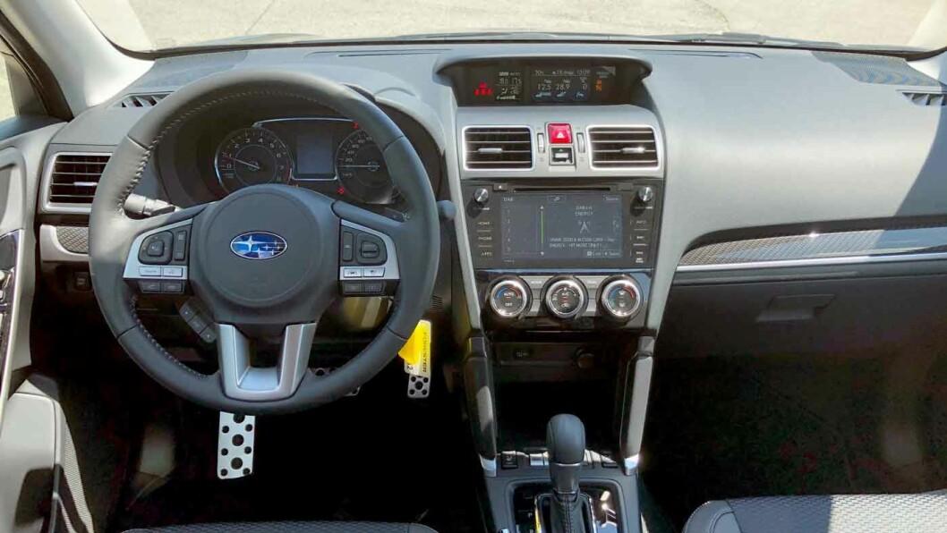 MER MODERNE: Det nye instrumentpanelet (øverst) er nå likt det vi finner i den litt mindre Subaru XV. Utseendet er blitt mer moderne, selv om det fortsatt følger svært så tradisjonelle linjer. Kvalitetsfølelsen er også blitt merkbart bedre.