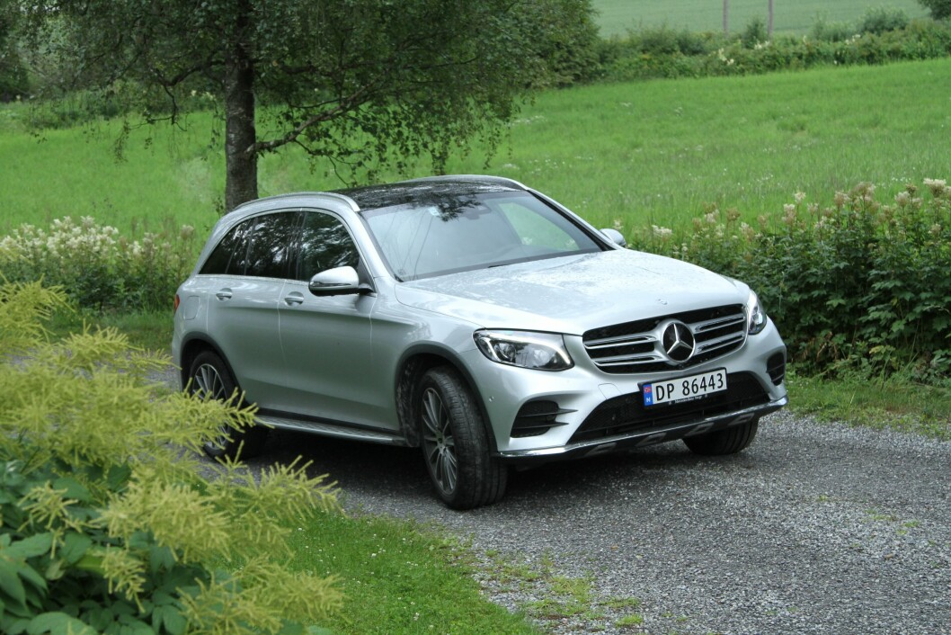 SVÆRT POPULÆR: Mercedes GLC er blitt så populær at kundene må vente ett år på bilen. Den nye ladbare hybridutgaven gir massevis av krefter til en rimelig pris. Foto: Rune Korsvoll
