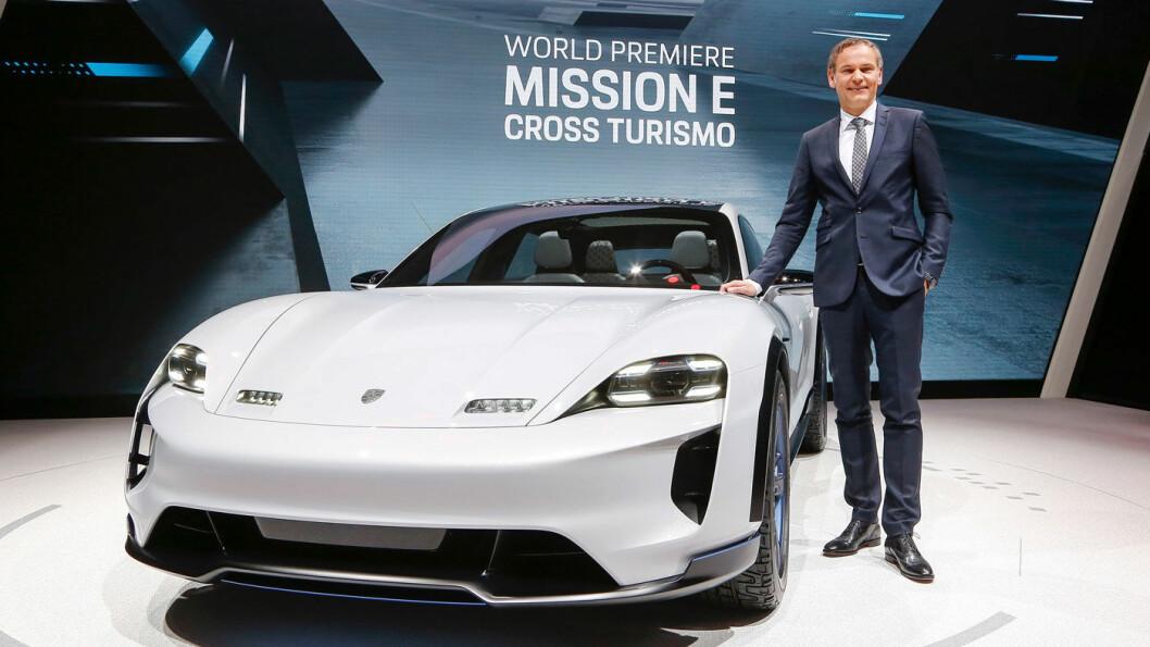 RASKESTE PORSCHE: Helelektriske Taycan–her med Porsche-sjef Oliver Blume før den ble omdøpt fra Mission E Cross Turismo.