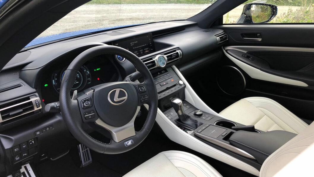 ELEGANT: Instrumentpanelet følger den tradisjonelle stilen til Lexus, med den analoge klokken som blikkfang i midten.