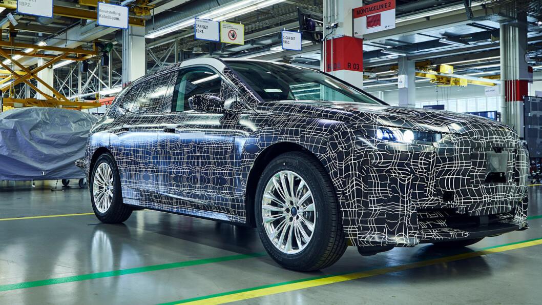 LIKNER EN BIL: Slik ser BMWs iNEXT ut for øyeblikket. Over 100 prototyper skal lages før serieproduksjon starter. Foto: BMW