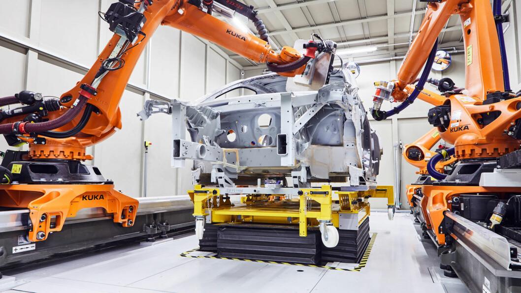 PRESISJON: BMW bruker røntgenbilder fra fire roboter for å samle data som igjen brukes til å lage tredimensjonale bilder underveis i produksjonsprosessen.