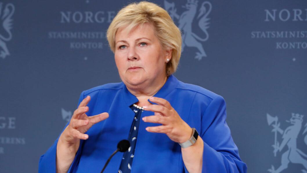 SETTER BOM: Statsminister Erna Solberg på pressekonferansen i regjeringens representasjonsanlegg om bompengesaken fredag kveld. Foto: Terje Bendiksby / NTB scanpix