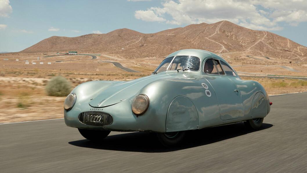 TUNGSOLGT: Denne førkrigsmodellen laget av Ferdinand Porsche, ble hovedobjektet i en parodisk auksjon med hundretalls millioner på spill hos Sotheby's. Bilen har fortsatt ikke fått ny eier. Foto: Polaris