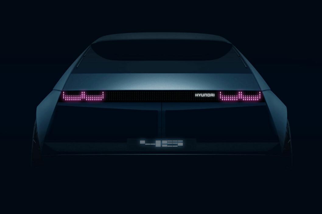 70-TALLSINSPIRERT: Hyundais nye elbilkonsept blir vist i sin helhet om noen uker. Inntil da må vi kikke på denne hekken, visstnok inspirert av Hyundais biler på 70-tallet. Foto: Hyundai Motor Europe