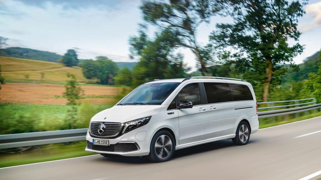 ELEKTRISK FAMILIEFRAKTER: Mercedes EQV er en batteridrevet variant av Mercedes V-klasse, og kommer som seks- sju- eller åtteseter og med rekkevidde på rundt 40 mil. Foto: Daimler