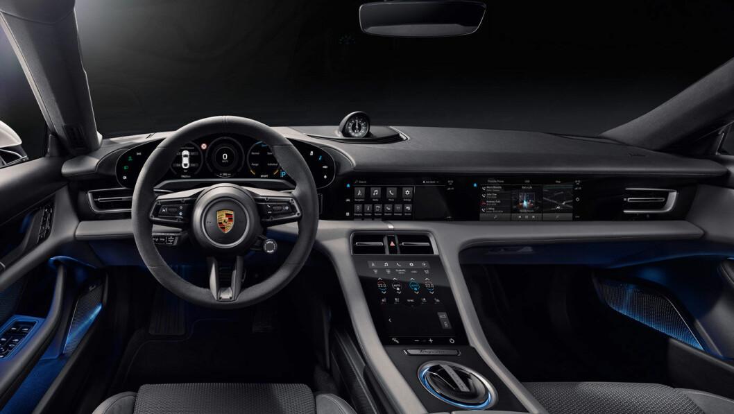 FIN MIX: Interiøret i Porsches første helelektriske satsing, Taycan, er uhyre moderne, men har likevel et retropreg mange Porsche-kunder vil sette pris på. Foto: Porsche AG