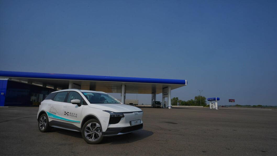 DER INGEN SKULLE TRU…: …at noen elbil skulle kjøre, nemlig på veiene i Kazakhstan. Ladingen måtte stort sett ordnes fra medbrakte aggregater på følgebilene. Foto: Aiways
