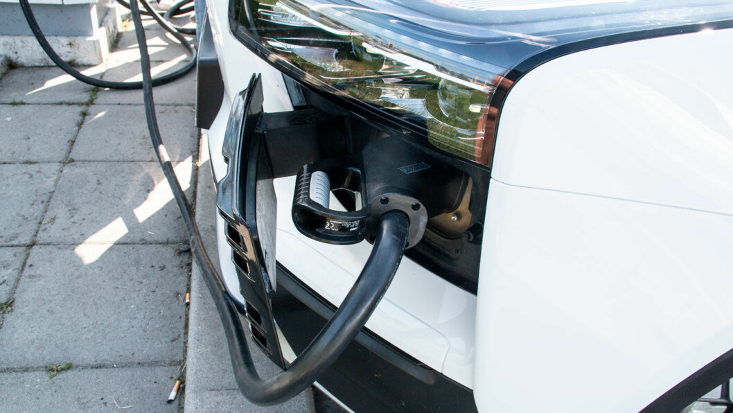 INNGANG FORAN: CCS-ladepunktet er i frontpartiet på bilen.