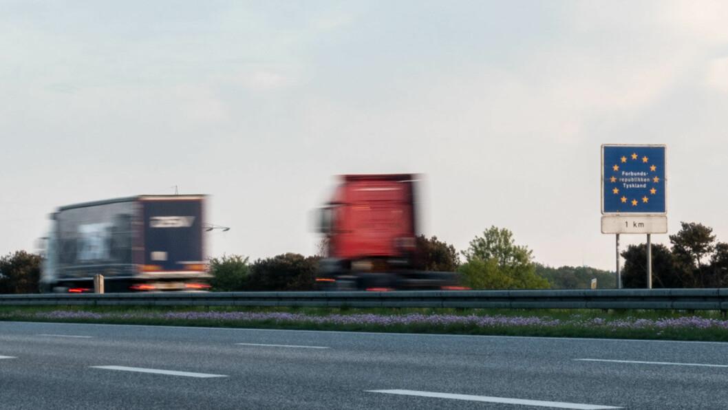 OVER GRENSEN: Det kan bli dyrt å ta en leiebil over grensen, som her nær grensen mellom Danmark og Tyskland. Foto: Peter Raaum