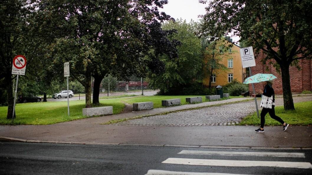 AVSPERRET: Langs gangveien opp til Lilleborg kirke er det satt opp seks store sperresteiner, slik at bilister ikke skal kjøre over kirkens gressplen for å snike seg utenfor bomstasjonen i Ole Bulls gate. Foto: Siv Dolmen
