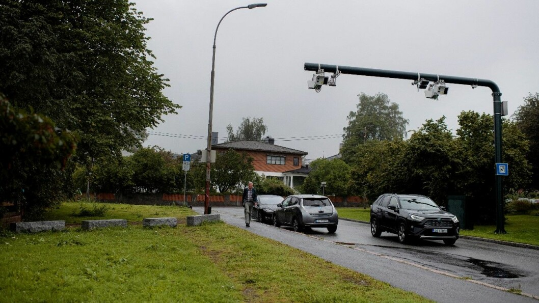PRØVER SEG: De fleste bilistene kjører lovlydig gjennom Oslos nesten 100 bomstasjoner. Men noen prøver å ta snarveier over gressplener og på gangveier for å slippe å betale – som her ved NRK Marienlyst. Foto: Siv Dolmen