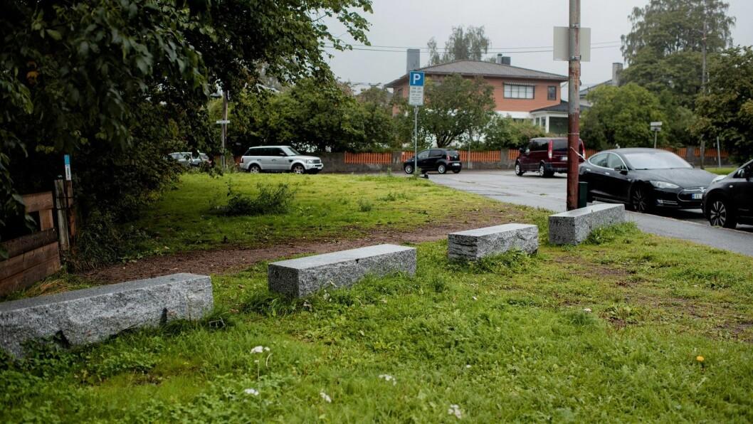 SPERRESTEINER: Ved NRK Marienlyst er det plassert ut store sperresteiner for å hindre bilister å kjøre på gressplenen. Foto: Siv Dolmen