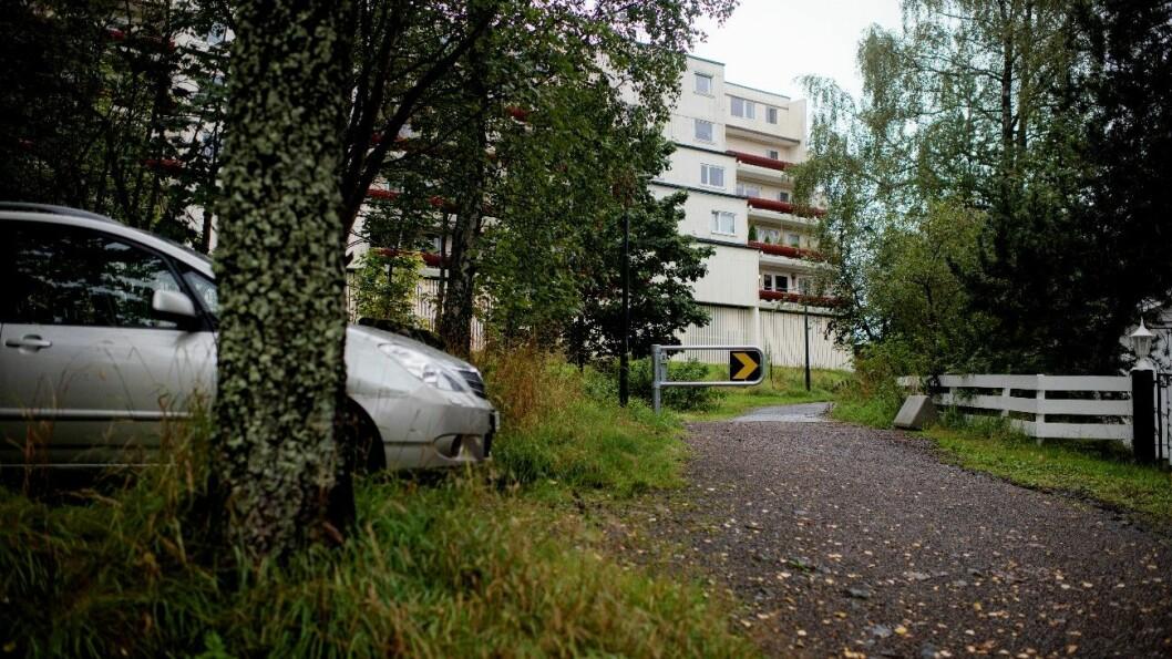 SPERREBOM: Ved boligblokker øverst i Groruddalen er det bygd en sperrebom for å hindre sniking i den ytre av de tre bomringene rundt Oslo. Foto: Siv Dolmen