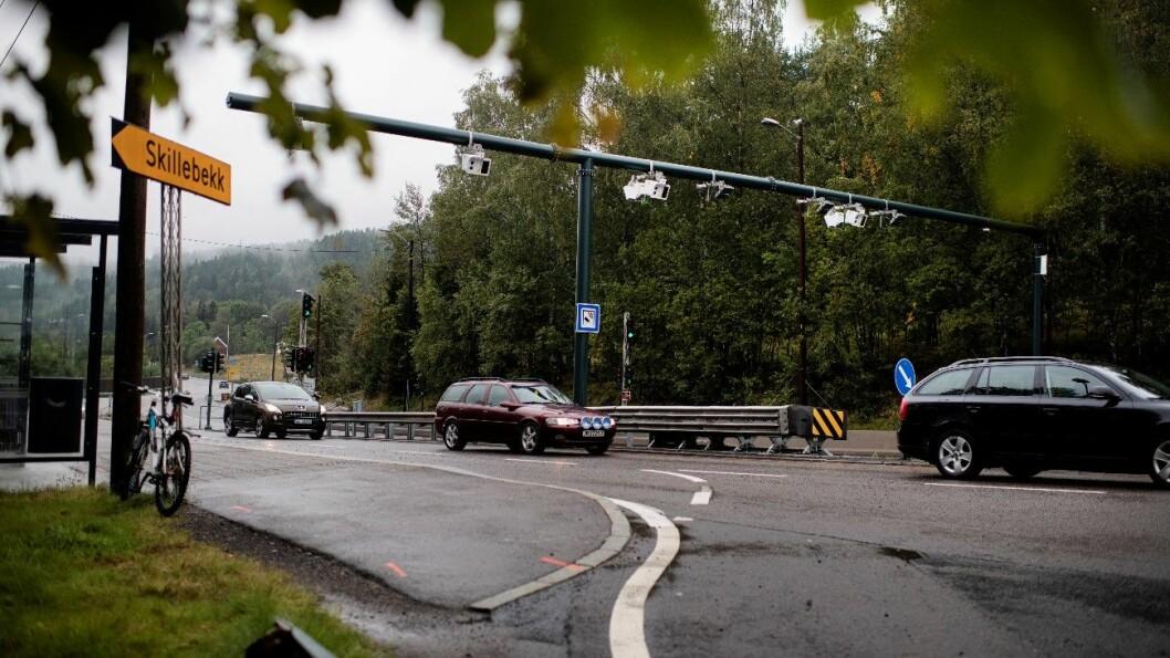 KJØR HER: Statens Vegvesen oppfordrer bilistene til å kjøre lovlig gjennom Oslos 83 bomstasjoner, som denne ved Skillebekk øverst i Groruddalen. Foto: Siv Dolmen