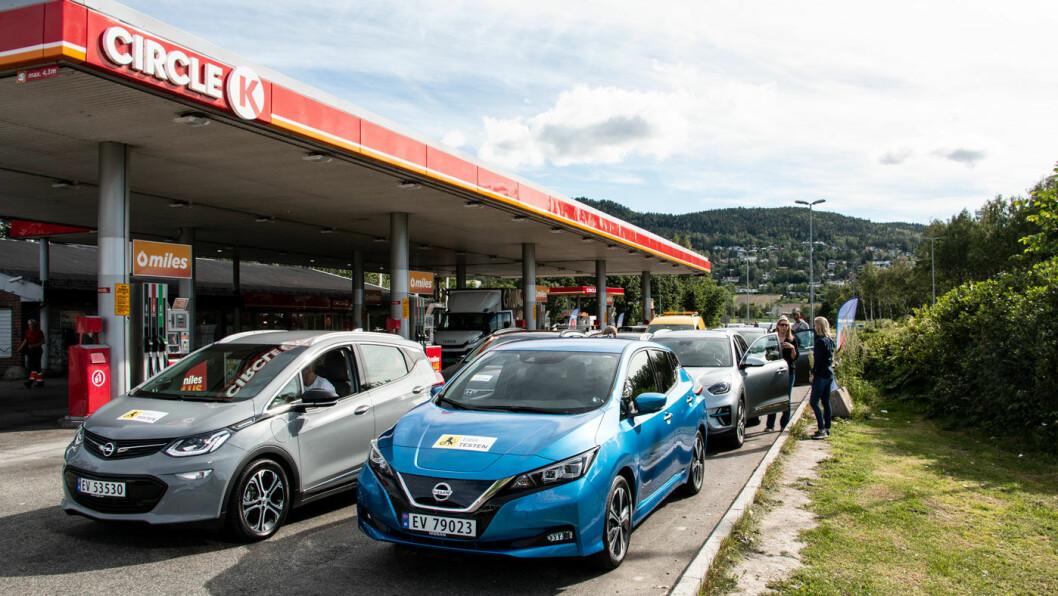 IKKE PROBLEMFRITT: Nissan Leaf (den blå bilen foran) har vært en storselger i Norge i mange år, men bilen har stadig utfordringer med at den lader tregt når den lades flere ganger. Foto: Peter Raaum