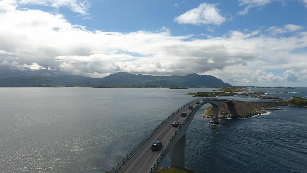 ET ELEKTRISK STYKKE NORGE: Elbiler i test på broen over Storseisundet på Atlanterhavsvegen