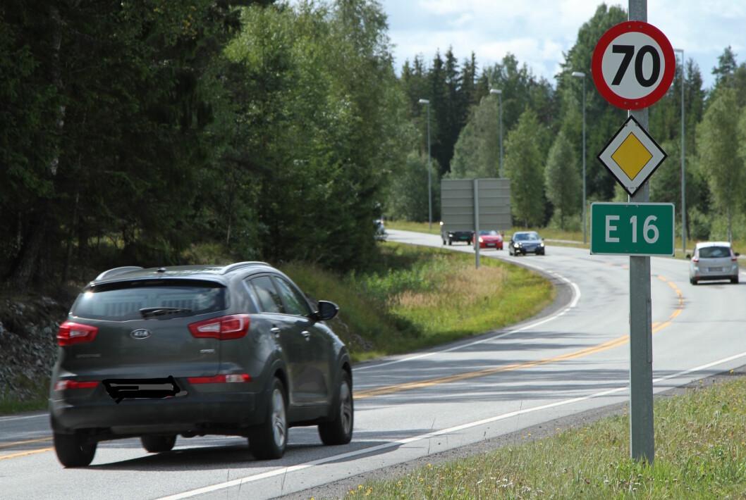 FARTEN NED: Farten går ned på norske veier. Bilførere mellom 35 og 44 år kjører fortest, men forskerne finner ikke forskjell på farten til menn og kvinner. Foto: Rune Korsvoll