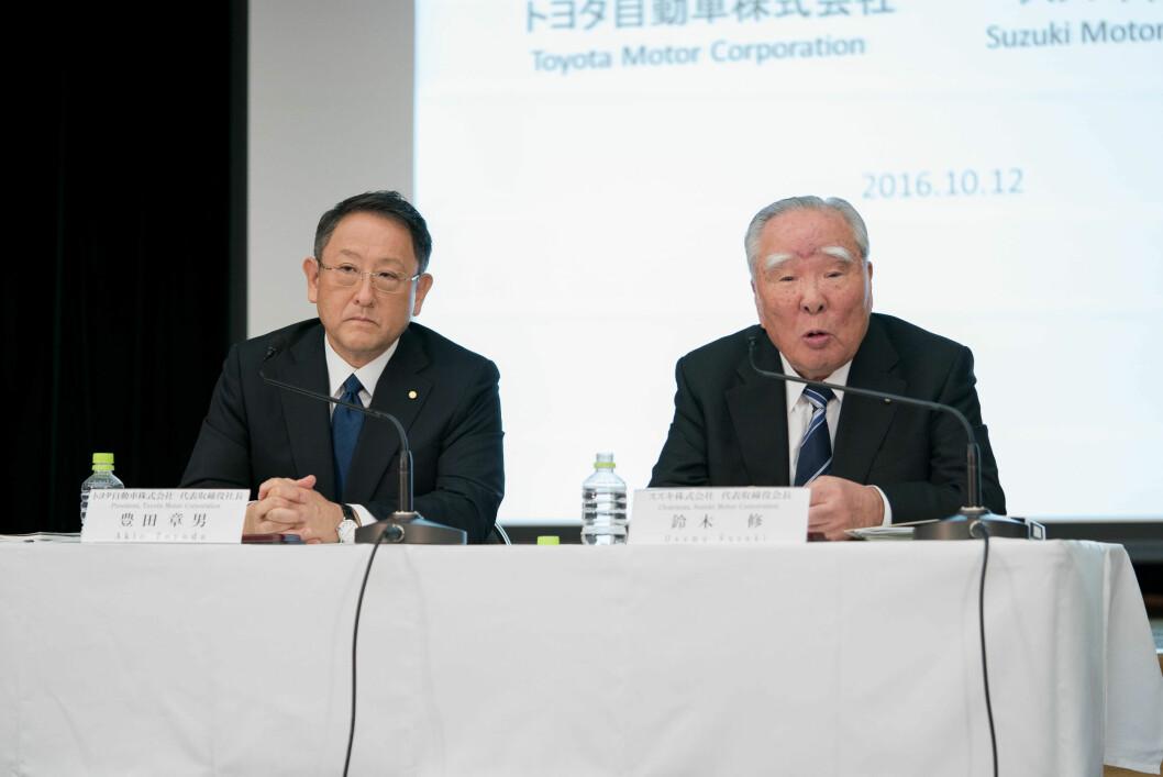 DU OCH JAG, AKIO: Toyota-president Akio Toyada (t.v.) og Suzukis styreleder Osamu Suzuki. Foto: Toyota Motor