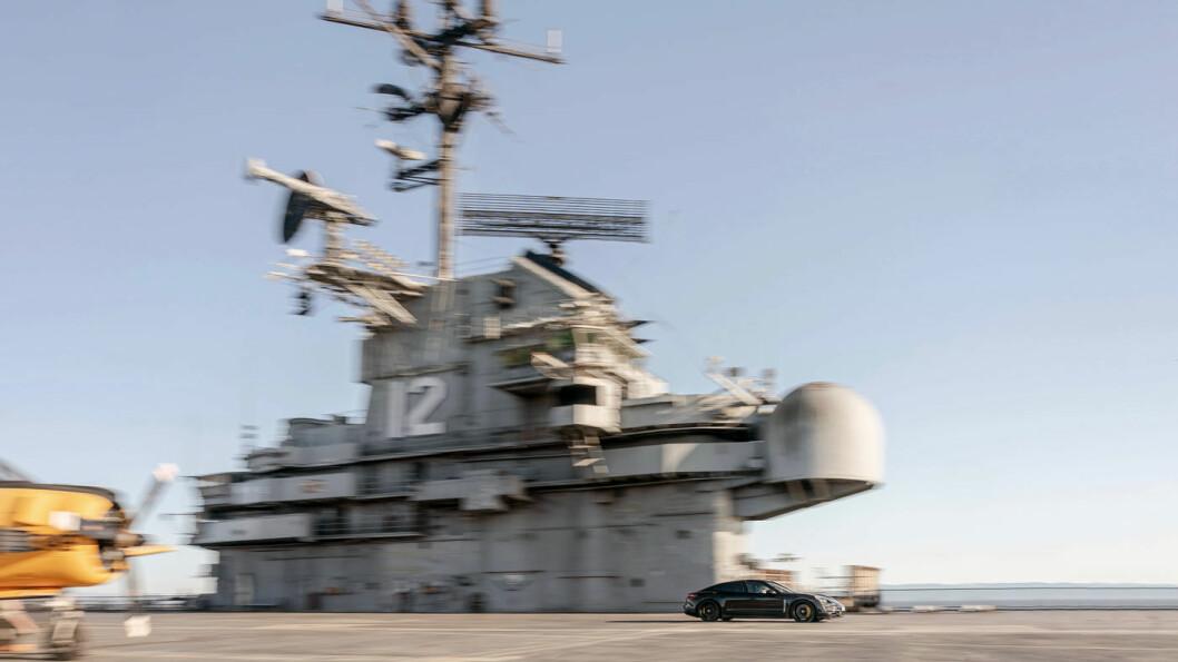 TAKE-OFF: Den elektriske sportsbilen Porsche Taycan på vei mot toppfart på 145 km/t på dekket av hangarskipet USS Hornet. Foto: Porsche AG
