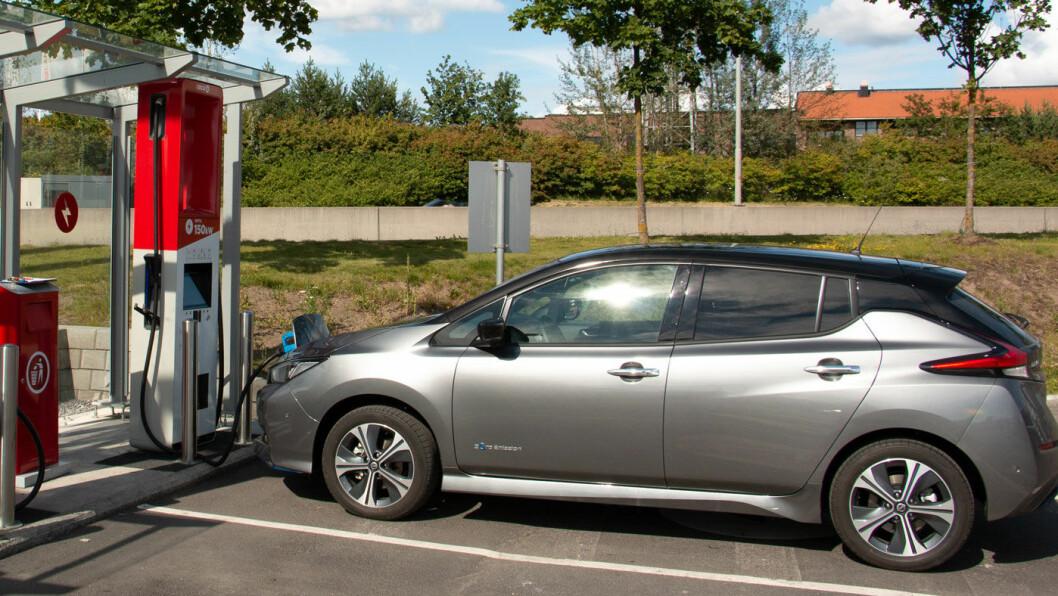 FINN ÉN FEIL: Nissan Leaf med 62 kWt batteri ved lynlader med 150 kWt kapasitet. På lynladeren betaler du 210 kroner for ladestoppet. Men fordi bilen ikke lader med mer effekt, kunne du valgt å stå på hurtigladeren, og betalt 150 kroner. Foto: Peter Raaum