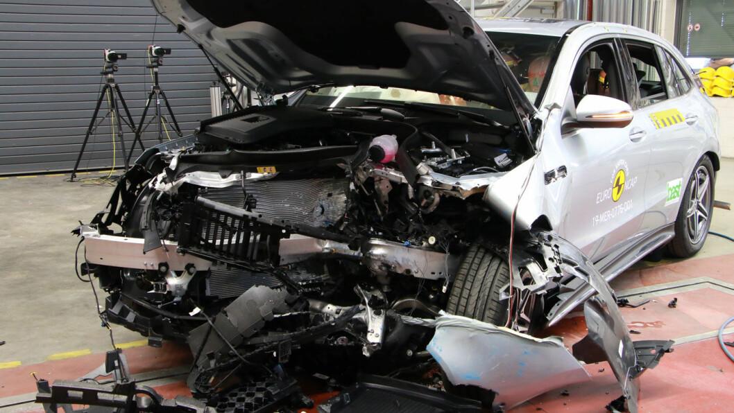 STJERNE MED SMELL: Slik ser restene av en Mercedes EQC ut etter en frontkollisjon i 64 km/t, hvor 40 prosent av fronten treffer en barriere. Foto: EuroNCAP