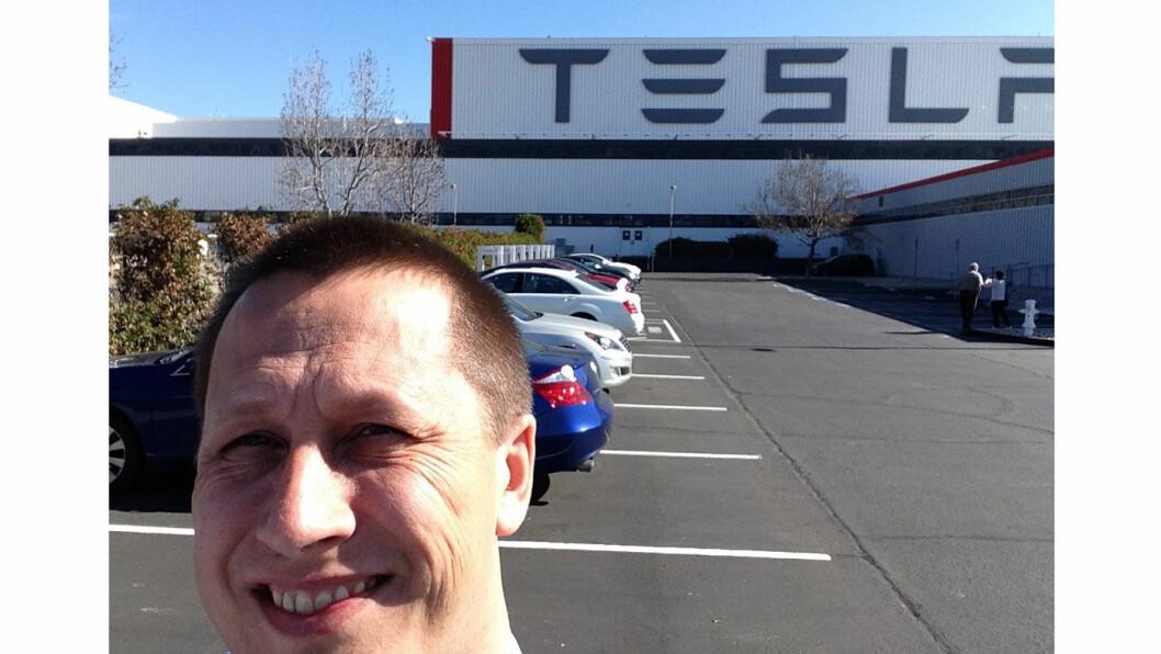 SELGER: Anders Lagerqvist er egentlig en Tesla-entusiast. Her er han foran Tesla-fabrikken i Fremont, California.
