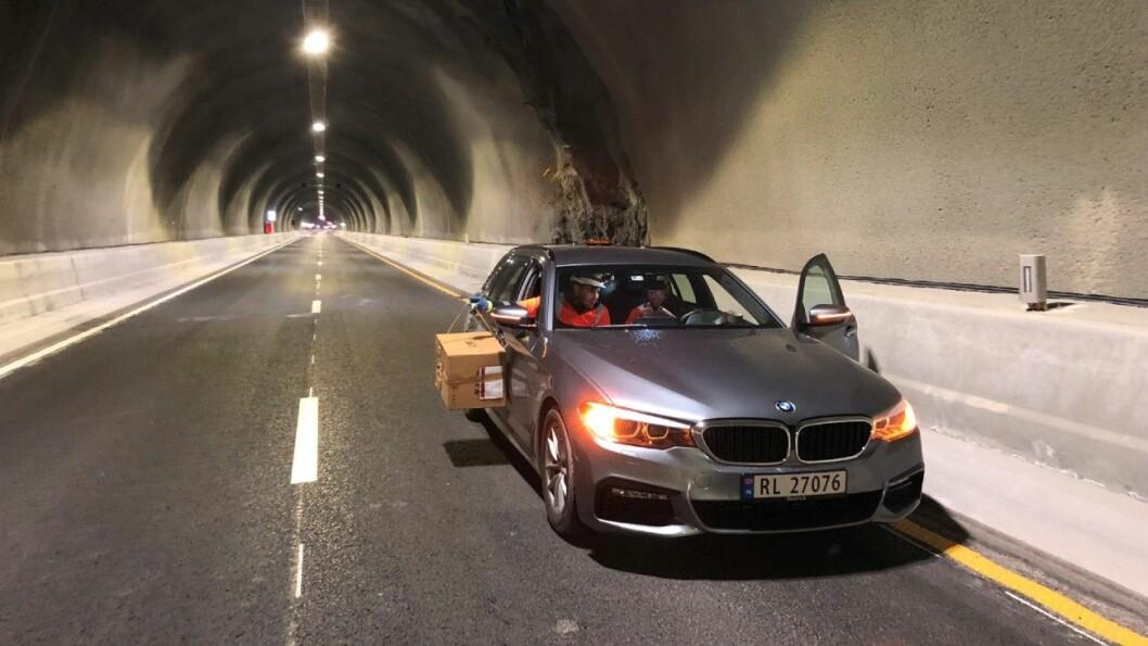 TESTING: Slik testes detektorene i verdens lengste undersjøiske tunnel: Kjøring med en kasse hengende ut av passasjervinduet. Foto: Statens Vegvesen