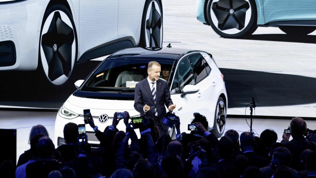 HVEM SKAL FRISTES? VW-sjef Herbert Diess på scenen i Frankfurt under lanseringen av elbilen ID.3, den store nyheten på høstens store bilutstilling. Foto: VAG