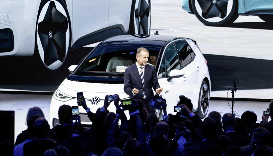 BEDRE TIDER: VW-toppsjef Herbert Diess viste elbilen ID.3 for publikum i september 2019 (bildet). Det tok et år før den kom i salg - for sent til at konsernet klarer utslippskravene i EU.