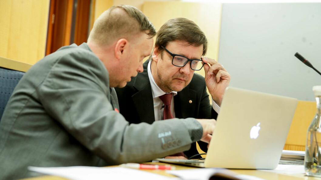 SEE YOU IN COURT: Styreleder Morten Malmin (t.v.) i Folkeaksjonen Nei til mer bompenger (FNB) sammen med advokat John Christian Elden i Oslo byfogdembete. FNB sentralt har saksøkt Oslo-avdelingen av partiet. Foto: Vidar Ruud / NTB scanpix